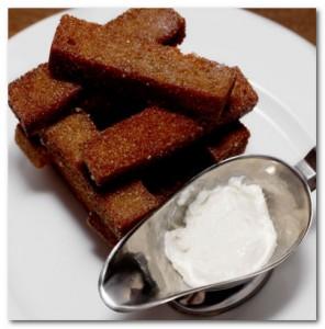 Сырные палочки часто подают в качестве закуски к пиву в барах и пивных...