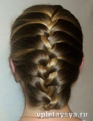 Классическая французская коса, подвернутая внутрь.  Если хотите заплести...
