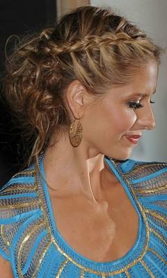 Модные прически весна - лето 2010: Пучок и косичка.