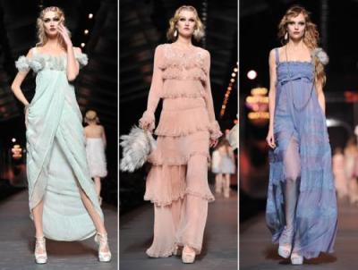 ...модниц на легких струящихся платьях нежных пастельных тонов: молочный...