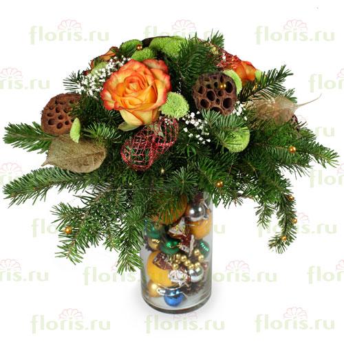 Ваза декорирована елочными игрушками, букет состоит из еловых веток, 3-х роз, гипсофилы, хризантемы и зелени.