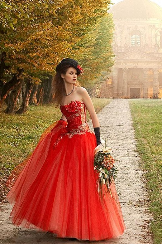 Комментарий: Что скажете по поводу таких платьев? Девочки, теперь красные платья... Красные свадебные платья 2011