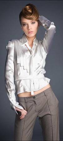 Белоснежная атласная блузка.