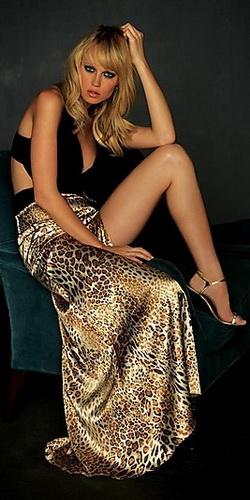 Дополнять броское леопардовое платье аксессуарами такой