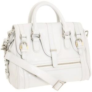 Если на белой сумочке появилось пятно, можно использовать проверенные...