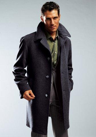 Индивидуальность данной модели мужского пальто выражается в его воротнике. Воротник выполнен в больших пропорциях