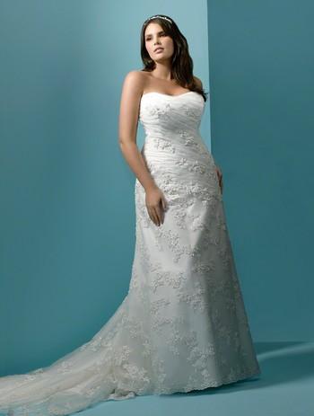 Платье с завышенной талией и коротким рукавом.
