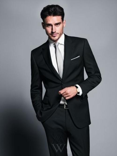 Брюки в большинстве моделей заужены, так что в этом мужские свадебные костюмы 2013 полностью повторяют