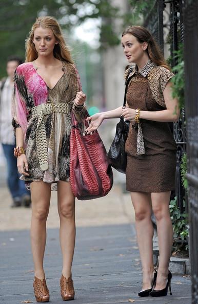 Девушка предпочитает струящиеся платья в пол, либо супер короткие...