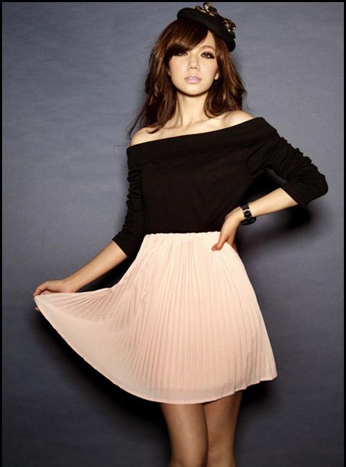 Платье с черным верхом и светло-розовой плиссированной юбкой.