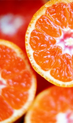 ...она чистит апельсин, сок течёт ей на.