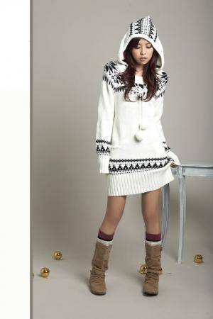 Модный свитер бежевого фото.